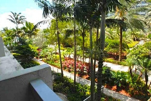 Luxurious apartment in one of the most well-known buildings in Miami Beach: The Flamingo Condominium