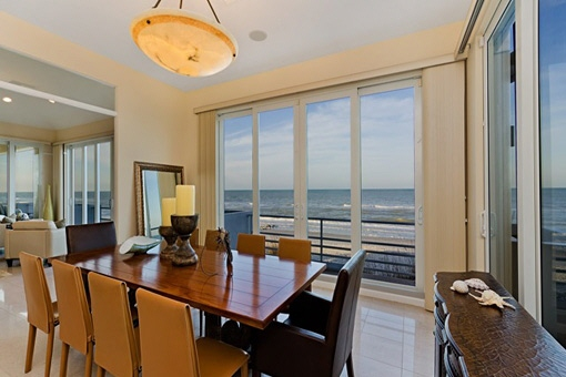 Bright and huge dining area