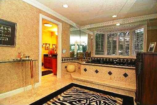 Big bathroom with a bath tub