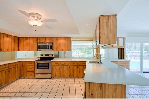 Fully equipped kitchen with granite surface