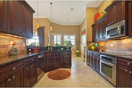 Fully equipped kitchen in Fort Myers