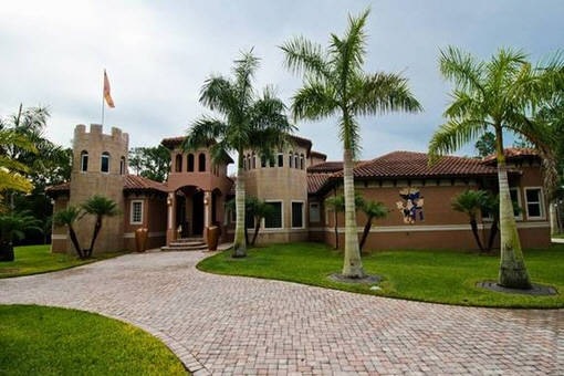 Exceptional villa with private cinema room, wine cellar and aircraft hangar in Fort Myers