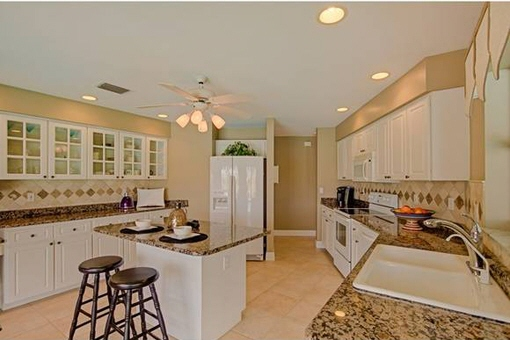 Fully equipped kitchen with granite
